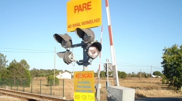 Abalroamento de viatura em passagem de nível faz dois feridos — Silves