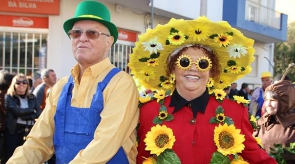 5eea5baf04 São Brás brinca ao Carnaval com foliões e carros alegóricos