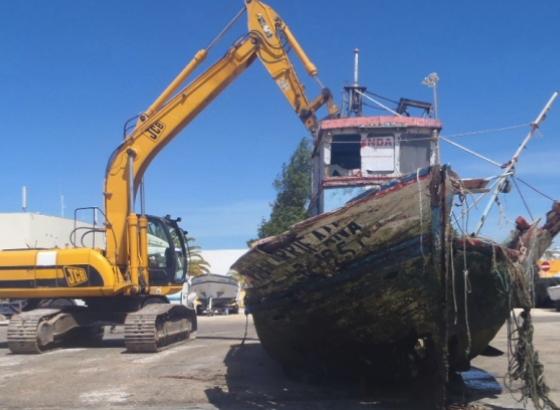 Embarcação abandonada há anos no porto de pesca de Lagos foi removida