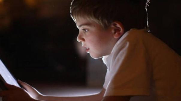 """Estudo alerta: """"Tablets"""" e """"smartphones"""" podem provocar atrasos na fala das crianças"""