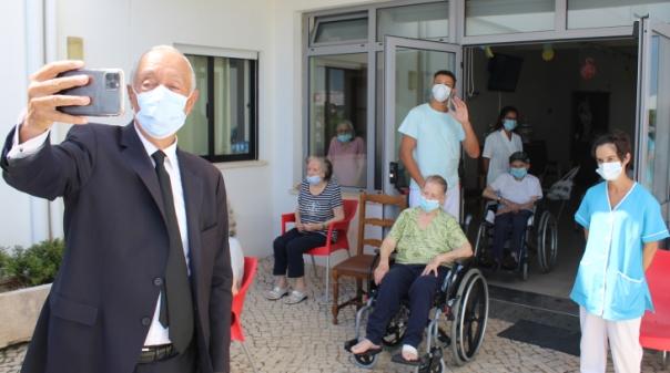Covid.19:Marcelo esteve no lar de Boliqueime e prometeu voltar «sem máscara»