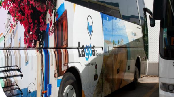 Câmara Municipal de Lagoa apoia alunos do concelho com material escolar e transporte gratuito