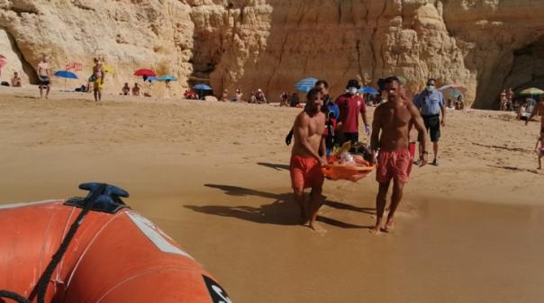 Homem fratura membros inferiores em salto na praia