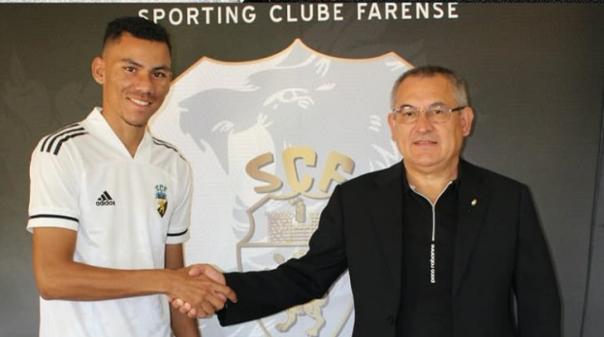 Médio Cláudio Falcão confirmado no dia do regresso ao trabalho do Farense