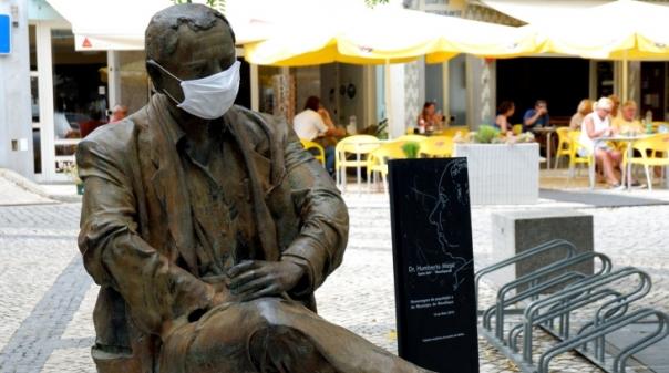 Estátuas de Monchique também se protegem da Covid