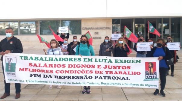 """Trabalhadoras das cantinas e refeitórios escolares protestaram em dia """"de luta nacional"""" no Algarve"""