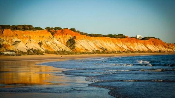 Praia da Falésia considerada uma das 25 melhores praias do mundo