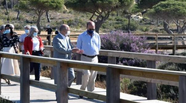 Ministro do Ambiente inaugurou 4,85 quilómetros de passadiços no Loulé litoral