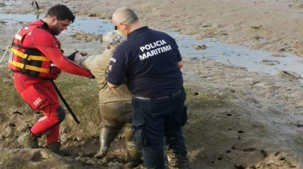 Mulher atolada no lodo resgatada pela Polícia Marítima e Bombeiros de Portimão