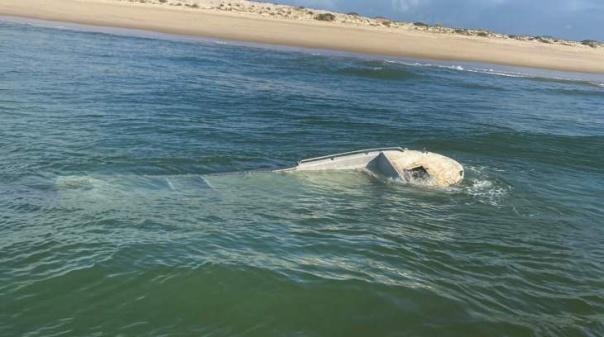 Embarcação naufragou ao largo da praia da Fuseta sem registo de vítimas