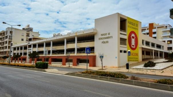 Parque de estacionamento público de Armação de Pêra aberto até 15 de setembro
