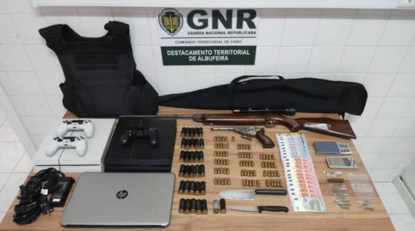 Albufeira: GNR detém suspeitos por tráfico de droga e apreende duas armas