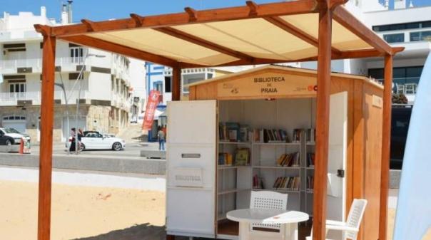 """""""Biblioteca de Praia"""" promove leituras à beira mar em Armação de Pêra"""