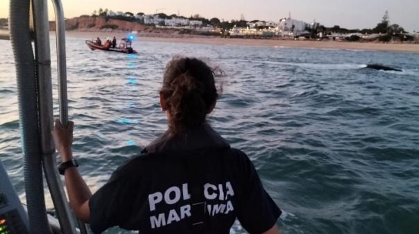 Seis adultos e uma criança resgatadas na barra de Faro após embarcação se ter virado