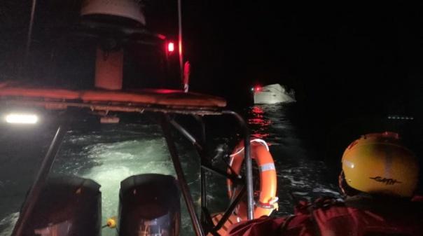 Tripulantes a bordo de veleiro com o mastro partido auxiliados a sul de Benagil