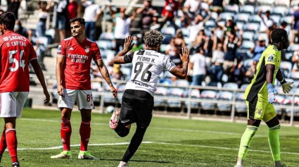 Farense anula desvantagem de dois golos e empata com Benfica B